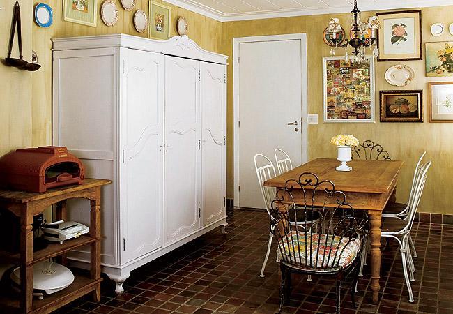 decorar banheiro velho:Como a casa é de madeira, a presença de uma lareira para noites