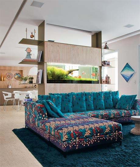 http://www.minhacasaminhacara.com.br/wp-content/uploads/2012/03/casa-claudia-dezembro-aquario-sofa-estampa-floral-decoracao_01.jpg