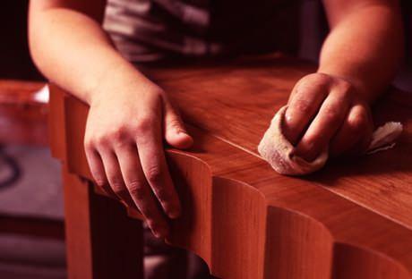 Como lustrar seus móveis de madeira