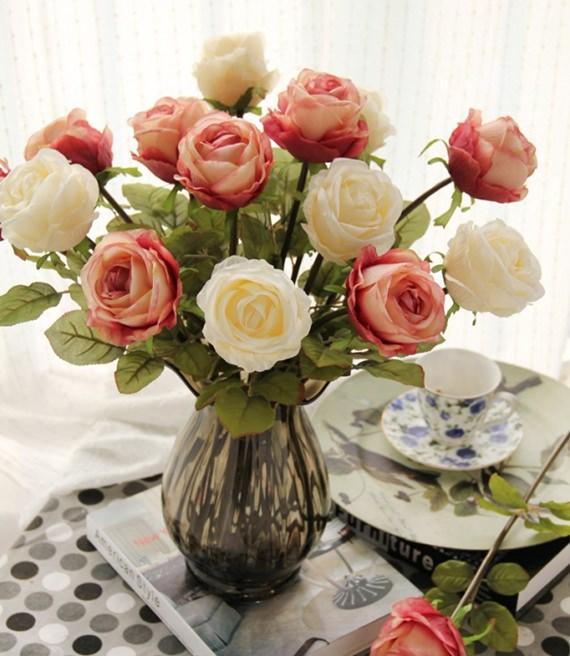Lindo arranjo de flores artificiais.