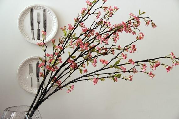 Um galho artificial de cerejeira para enfeitar a sua casa o ano todo.