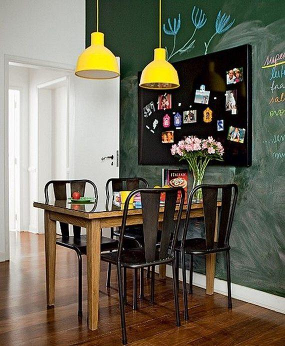 pendentes amarelos trazem cor para a sala de jantar compacta