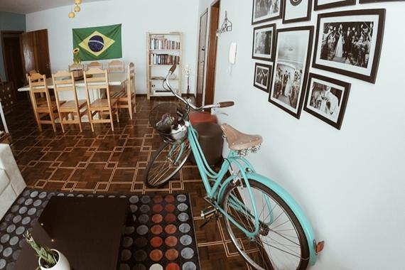 piso retrô com tacos de madeira e detalhes em um tom mais claro, com sala de jantar e living integrados