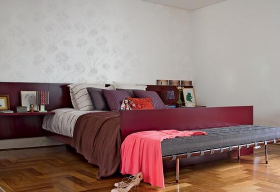 Um quarto de casal superaconchegante com piso de tacos de madeira.