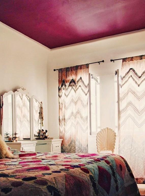 quarto de casal com tons alegres e teto colorido