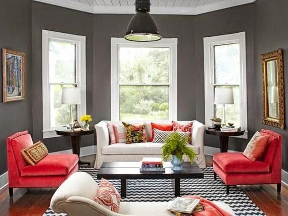 sala de estar com poltronas cor de rosa e paredes cinza