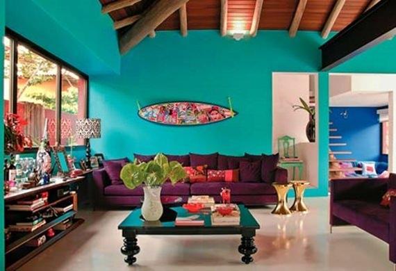 casa colorida com sala de estar recheada de tons diferentes
