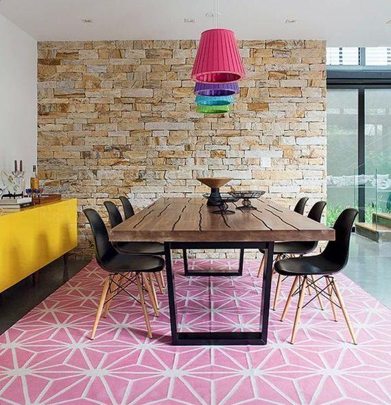 pendentes coloridos na sala de jantar com detalhes em rosa e amarelo