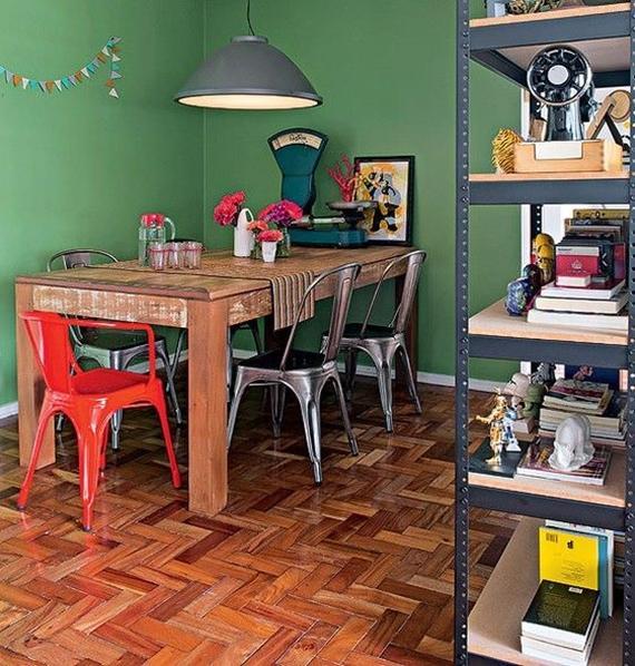 sala de jantar de estilo rustico com moveis desgastados, cadeiras de ferro e piso de madeira