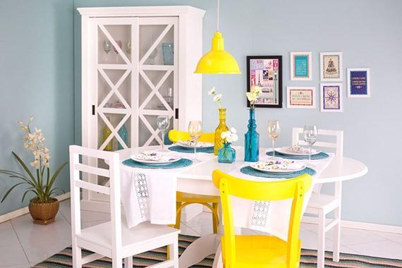 sala de jantar colorida com cadeiras diferentes