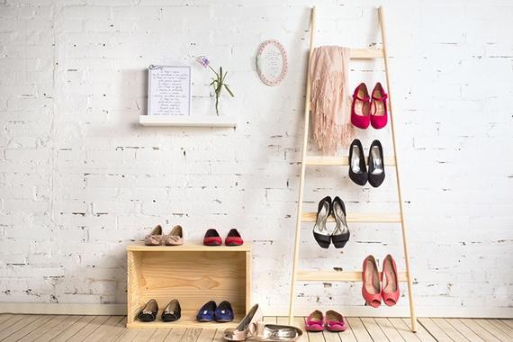 Aproveite os degraus de uma escada para expor sapatos de salto alto