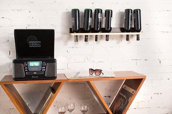 Adega de estilo clean para fixar na parede e aproveitar o espaço vertical dos ambientes