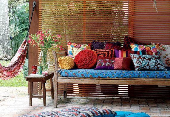 banco decorado com almofadas de crochê na varanda