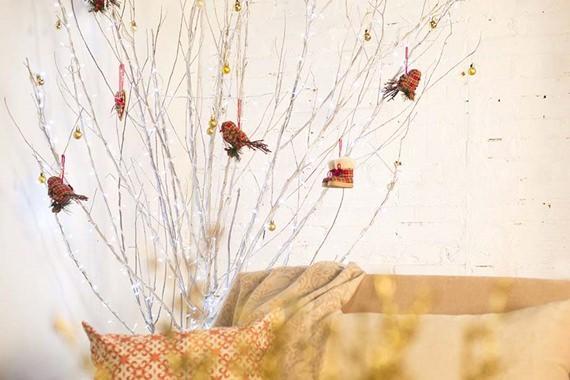 árvore de natal feita de galhos para fugir do lugar comum
