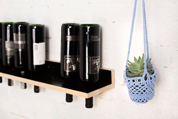 Cachepô feito de crochê para amparar vasos de plantas pequenos