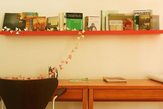 Escritório com prateleiras coloridas