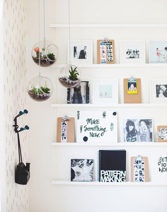 Prateleiras que expõem fotos, frases, pôsteres e pequenos acessórios na parede
