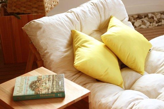 pallet com futon e almofada amarela