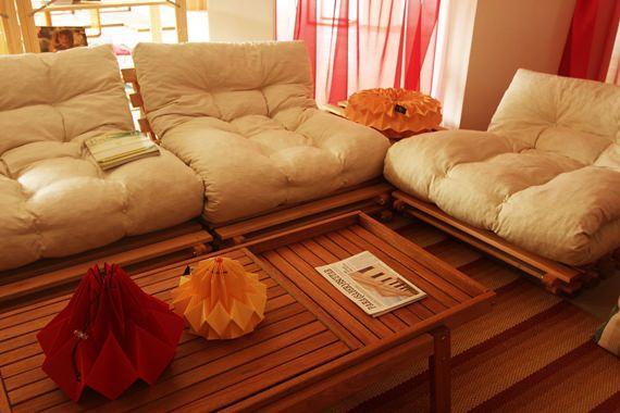 Sofã feito de pallets e futon