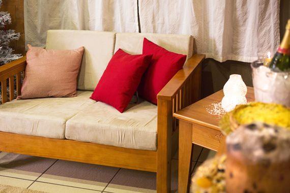 Sofá decorado com almofadas vermelhas, superaconchegante
