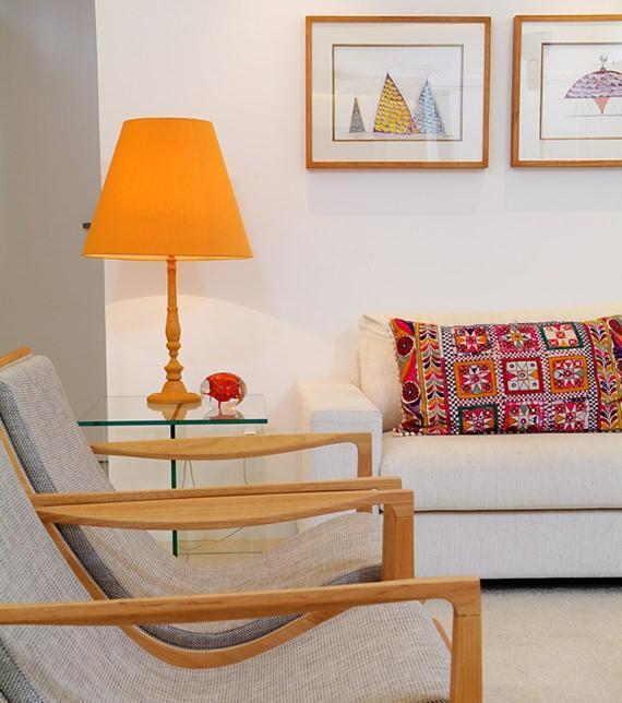 Decore sua sala de estar com abajures coloridos