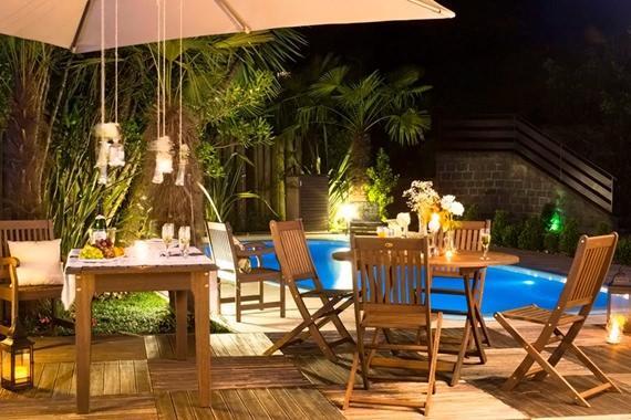 Área da piscina decorada para o Ano Novo