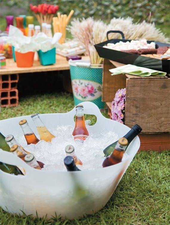 Bebidas no balde para refrescar no piquenique