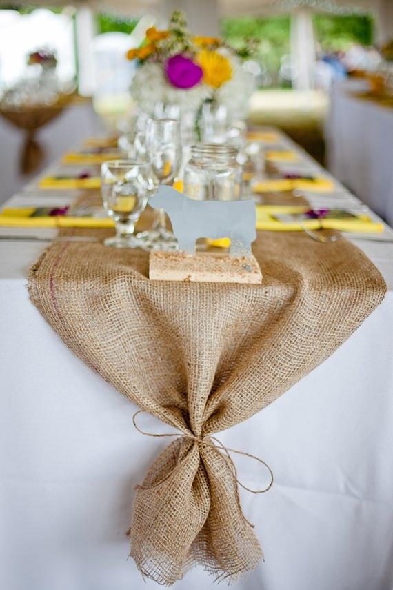 Um caminho de mesa de juta traz um toque rústico superaconchegante para a decoração da sala de jantar