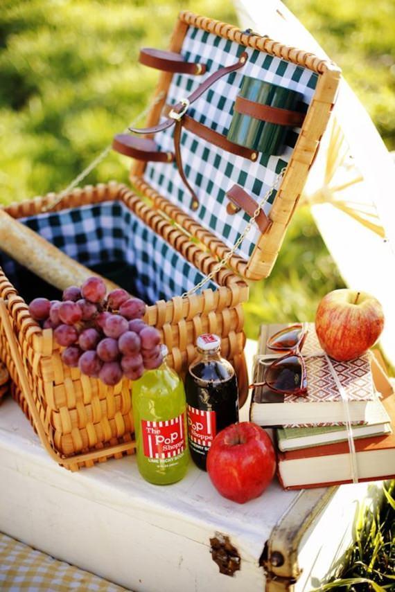 Cesto com frutas para piquenique