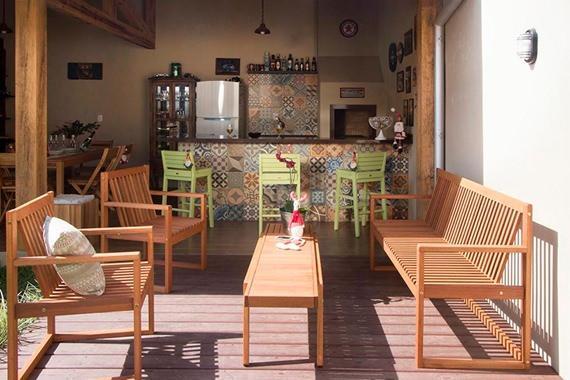 Deck decorado com bancos e mesa de centro para área externa