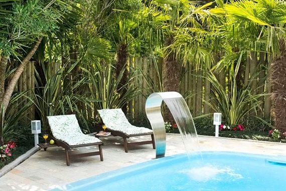 Espreguiçadeiras de madeira com futon dão um toque tropical para a decoração