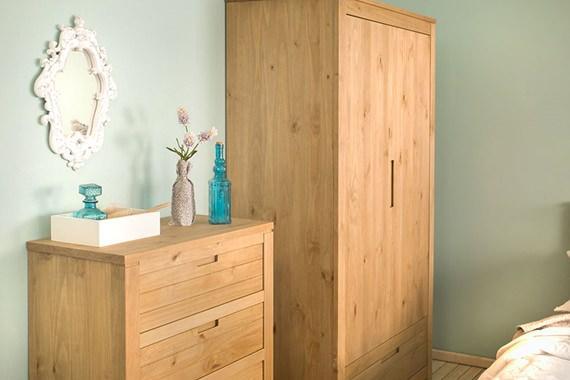 Armário e cômoda organizam e decoram o quarto