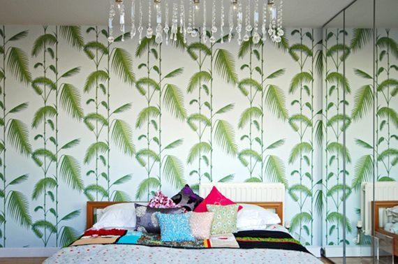 Quarto decorado com papel de parede tropical