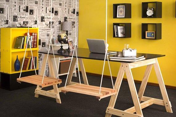 Home office com parede amarela