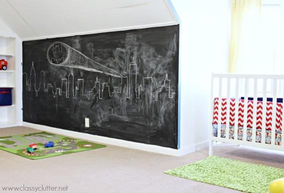 Parede de quadro-negro na decoração do quarto dos pequenos