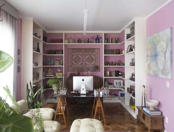 Parede lilás em destaque no home office