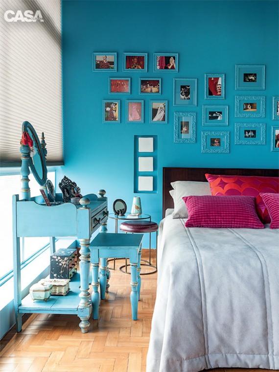 Quarto com parede azul e penteadeira colorida