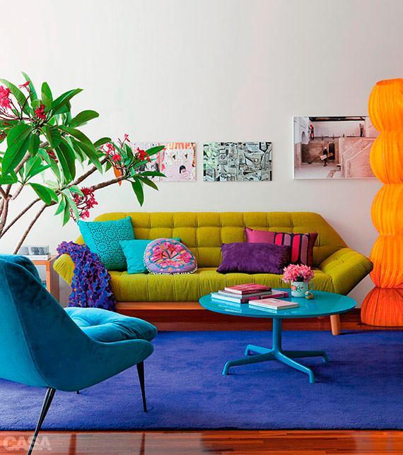 Sala de estar despojada com tapete e sofá colorido