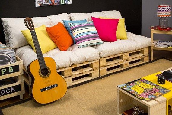 Sofá feito de pallet para uma sala de estar descontraída