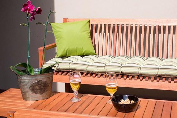 Decore um banco de madeira com futon