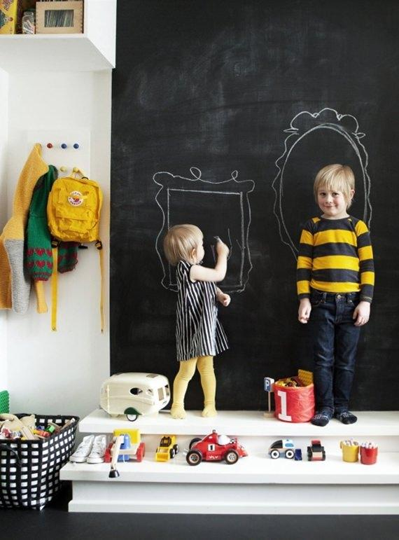Quadro-negro em quarto infantil