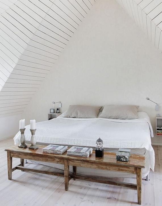 Banco de madeira aos pés da cama