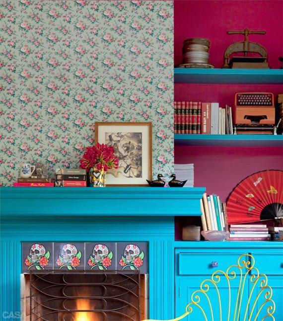 Tecido floral na parede da lareira