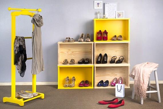 Closet com caixotes de madeira e cabideiro colorido