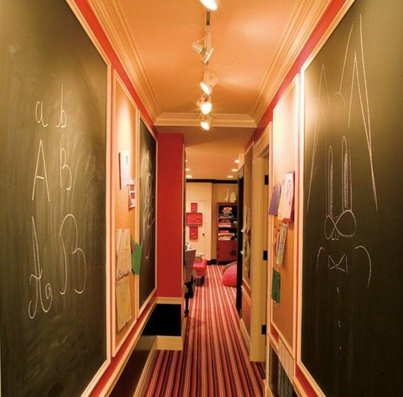 Paredes do corredor pintadas com tinta lousa