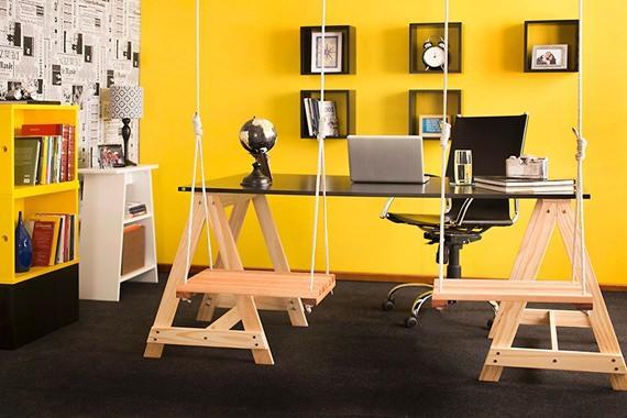 Escritório com parede amarela
