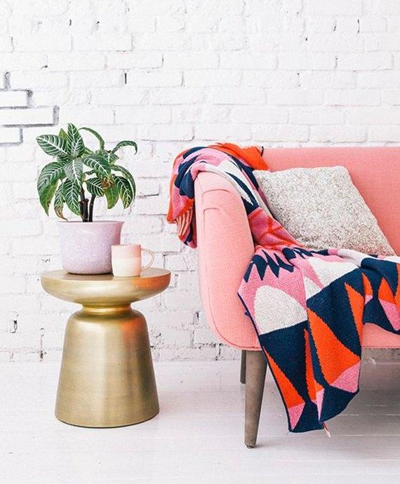 Sofá colorido com manta