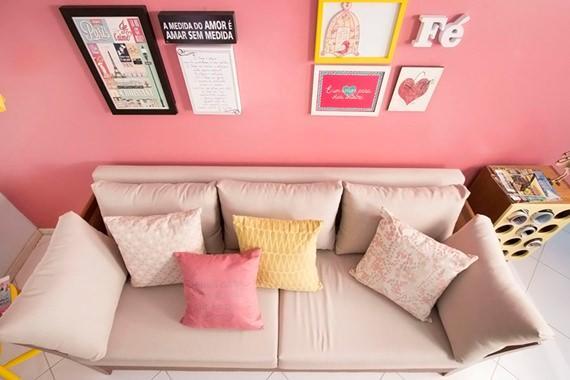 Sofá com almofadas coloridas