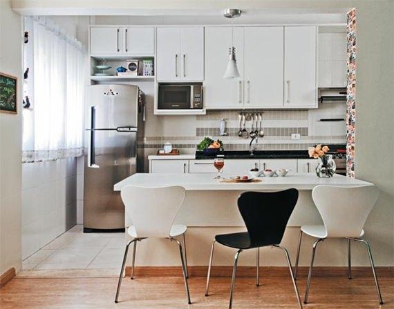 A mesa substitui o balcão e integra a cozinha com a sala de jantar