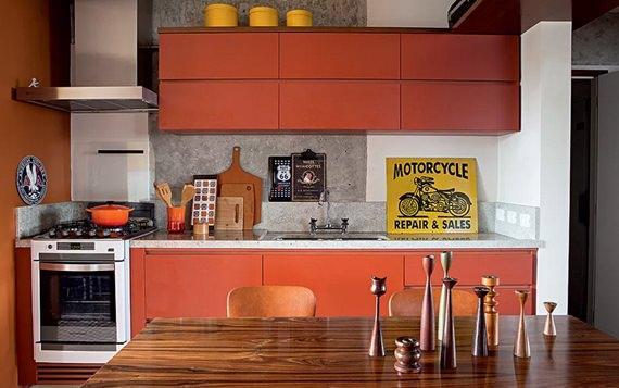 Cozinha colorida e alegre decorada com laranja